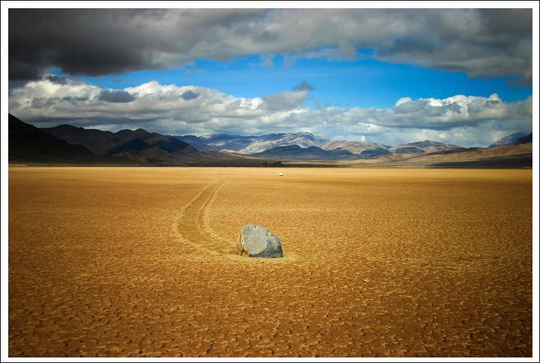 Des pierres qui marchent toutes seules ! Ne serait-ce pas encore un canular californien sous le cagnard, mon canard ?