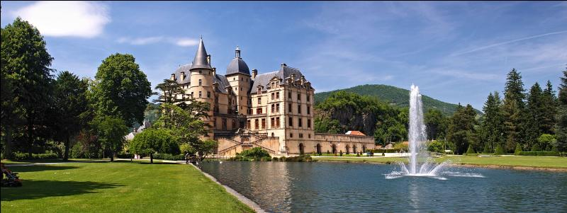 Le château de cette commune de l'Isère fut, durant plus d'un siècle, une des résidences officielles du président de la République française. Quelle est cette ville située dans la vallée de la Romanche, sur la route Napoléon ?
