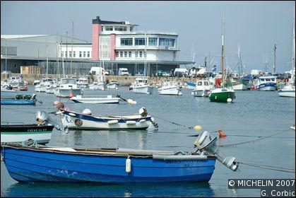 Quelle commune du Finistère garde encore la réputation d'un grand port sardinier ?