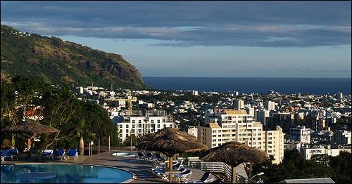 """Grâce à la présence de l'aéroport de """"La Réunion Roland Garros"""", quelle ville située au nord de l'île est la porte internationale de La Réunion ?"""