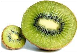 Son aspect extérieur n'engage pas forcément le chaland, c'est qu'il est poilu ! Mais quel régal, car une fois tranché on découvre sa chair joliment verte, fondante ! De plus, il concentre des vitamines.Quelle teneur a-t-il en vitamine C pour l'équivalent de 100 grammes de fruits ?