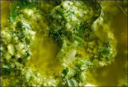 Voici une liste d'ingrédients : Ail, basilic, cerfeuil, ciboulette, échalotes, estragon, huile d'olive, jus de citron, persil, poivre, sel, tomates. Quelle sauce allez-vous faire ?