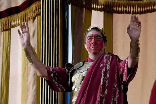 """Suétone, historien romain nous dit, que ce grand personnage célèbre """" était le mari de toutes les femmes et la femme de tous les maris"""" : qui est-il ?"""