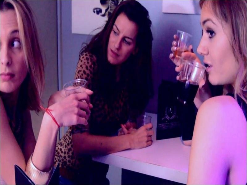 Maintenant, elle est avec ces copines, en train de boire un verre. Dans quelle vidéo est-ce ?