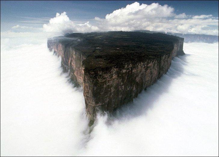 Le mont Roraima est une montagne d'Amérique du Sud partagée entre trois pays. Délimité par des falaises d'environ 1 000 mètres de hauteur, son plateau sommital présente un environnement totalement différent de la forêt tropicale humide et de la savane qui s'étendent à ses pieds. Quels sont les pays à se partager ce mont ?