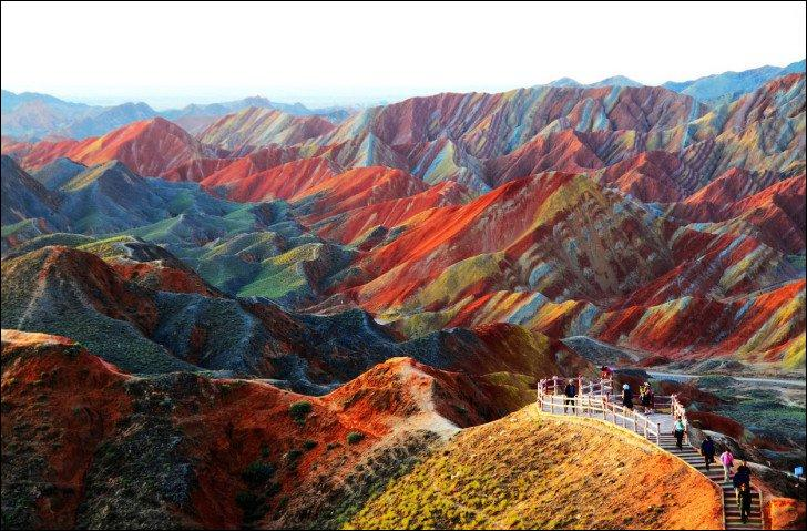 Finissons en beauté avec ces montagnes spectaculaires. Elles se trouvent .... dans le parc naturel de..., dans la province de ... L'érosion du vent et de la pluie a formé de spectaculaires couches de roche dans le paysage donnant naissance à des reliefs multicolores, agrégats de sédiments et de dépôts minéraux datant de plusieurs millions d'années. Complétez pour citer le bon endroit.