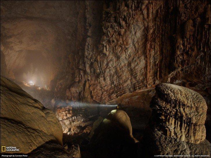 C'est tout simplement la plus grande grotte du monde et l'une des plus belles d'après BBC News. C'est la grotte Hang Son Doong au Vietnam. Qui l'a découverte ?
