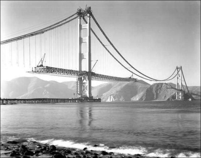 Nous voyons ici la construction du pont le plus célèbre des États-Unis. C'est le ...