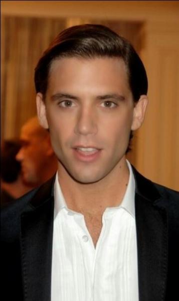 Quand Mika a les cheveux lisses, il dit qu'il a les cheveux :