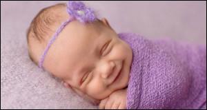 Le bébé commence à communiquer par des pleurs. Puis, il commence à sourire. Celui-ci est inné. Les bébés aveugles sourient-ils ?