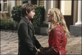 Quel prétexte utilise Emma envers Henry pour retourner à Storybrook ?