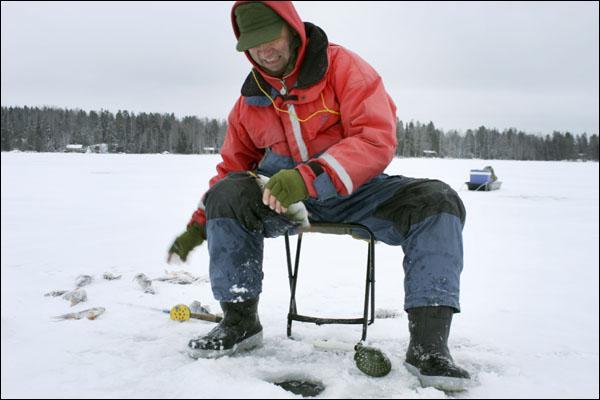 Comme vous le voyez, ce pêcheur au trou a fait une prise, allez-vous deviner le nom du poisson !