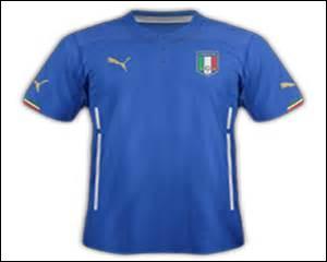 Combien d'étoiles ornent le maillot de football porté par les footballeurs de l'équipe nationale d'Italie ?