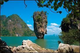 """Ce pays se situe en Asie. Avant, il se nommait ''le royaume du Siam''. Il fait partie des pays connus sous le nom d''Indochine"""" et sa capitale est Bangkok."""