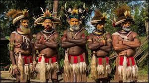 Ci-contre, les membres d'une tribu indigène typique de ce pays d'Océanie. Si vous avez réussi à trouver le bon pays, vous me citerez la capitale suivante :