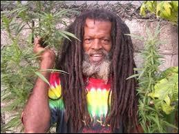 En observant bien l'homme de la photo, vous devriez avoir deviné lîle des Caraïbes d'où il est originaire. Quelle est donc la bonne capitale à citer ?