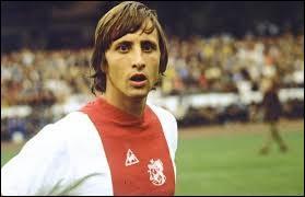 Disparu fin mars 2016, cet ancien footballeur de génie a révolutionné le foot dans les années 70. Légende de l'Ajax d'Amsterdam et du FC Barcelone, il brilla aussi avec sa sélection nationale. Quelle capitale associez-vous à cet artiste du ballon rond ?