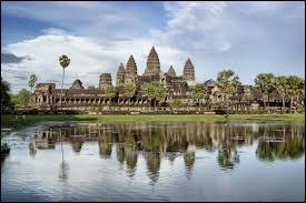 Localisé en Asie du Sud-Est, ce fameux site archéologique regroupe divers temples et ruines. Quelle est la capitale de ce pays où se trouve ce site ?