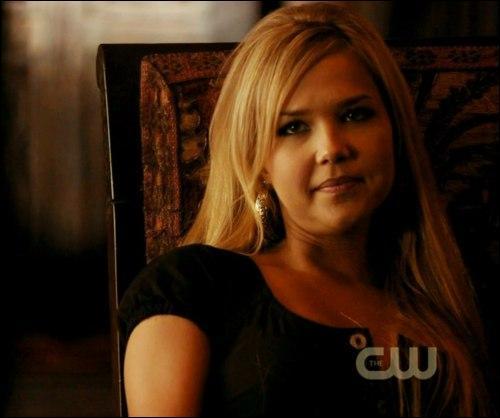 Pourquoi cette femme est-elle rentrée chez les Salvatore ?