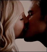 Dans la saison 6, pourquoi Caroline fait-elle taire son humanité ?