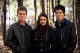 Avec qui Elena est-elle sortie en premier ?