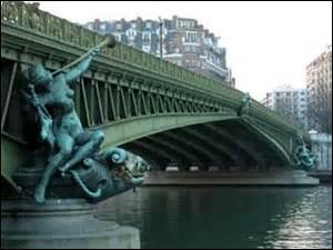 Quel pont de Paris est le titre d'un poème de Guillaume Apollinaire ?