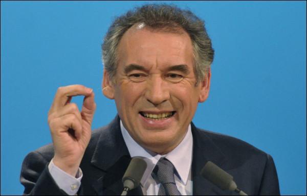 """Quel journaliste a relevé cette perle de François Bayrou : """"Les partis se tiennent par leurs noyaux durs"""" ?"""