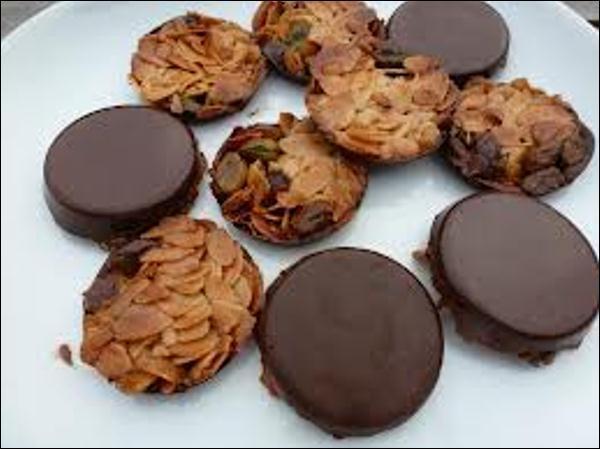 Quel prénom désigne un biscuit sec traditionnellement réalisé à base de miel, d'amandes, d'oranges et de chocolat ?