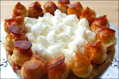 Quel gâteau garni de crème Chantilly et de petits choux glacés au sucre porte le nom du patron des boulangers ?