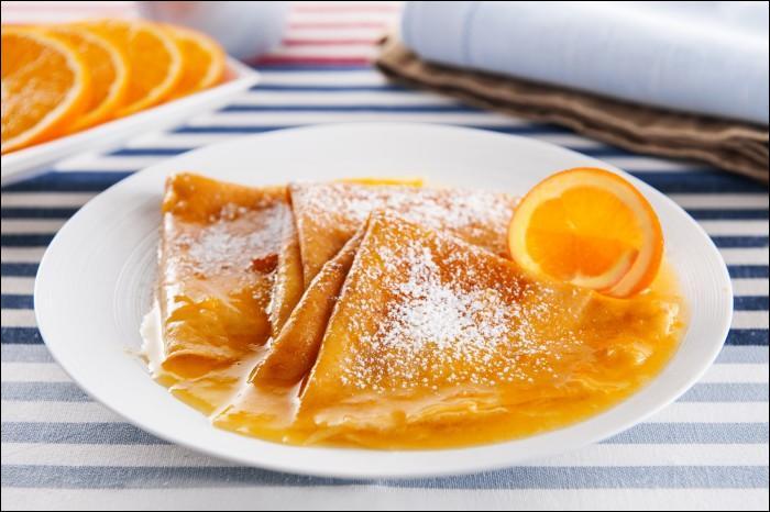 Quel prénom est associé à un dessert de crêpes au jus d'orange et Grand Marnier flambées ?