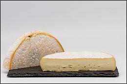 Appellation d'origine désignant un fromage français produit en Haute-Savoie - fromage au lait cru et entier de vache à pâte molle et croûte lavée - goût de noisette persistant