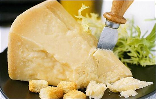"""Fromage italien traditionnel de lait de vache, produit dans une zone limitée en Émilie-Romagne et du sud de la Lombardie - appelé le """"roi des fromages italiens"""" - friable, il présente une saveur fruitée et un piquant unique"""