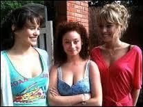 Clem invite Gladys et Alyzée pour venir chez elle car elle est toute seule. Elles se donnent des gages. Quel est celui de Clem qu'elle va accepter ?