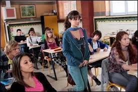 Après les vacances, Clem ne se sent pas bien, elle vomit, dans sa classe.Dans quoi ou sur quoi vomit-elle ?