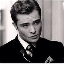 Dans la série Chuck apparaît comme fils unique, alors que dans le livre, il apparaît en ayant un frère nommé...