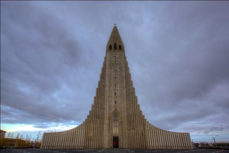 """On a mis quelques 38 années pour construire cette église, au milieu du XXe s, dans la ville nommée """"Baie des fumées"""". Dans quel pays ?"""