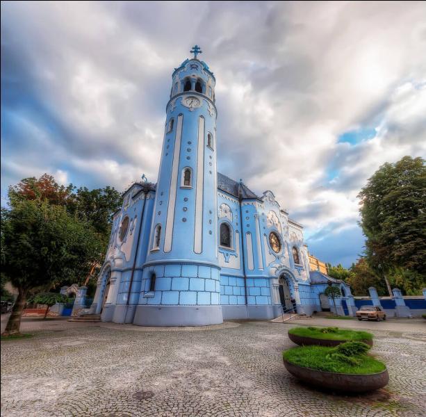 Cette église bleue se trouve en Slovaquie, à Bratislava (Sainte-Élisabeth). Selon vous, de quelle couleur sont ses bancs ?