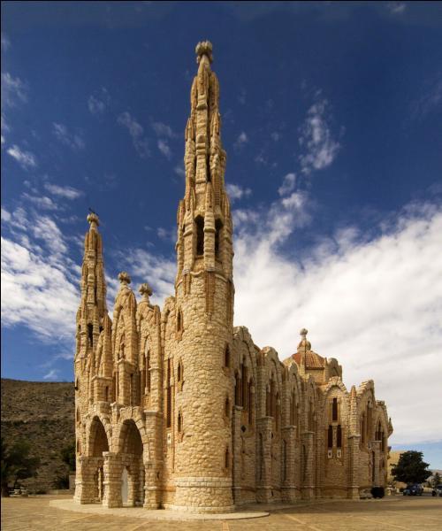 Le style de cette église est particulier et reconnaissable. De laquelle s'agit-il ?
