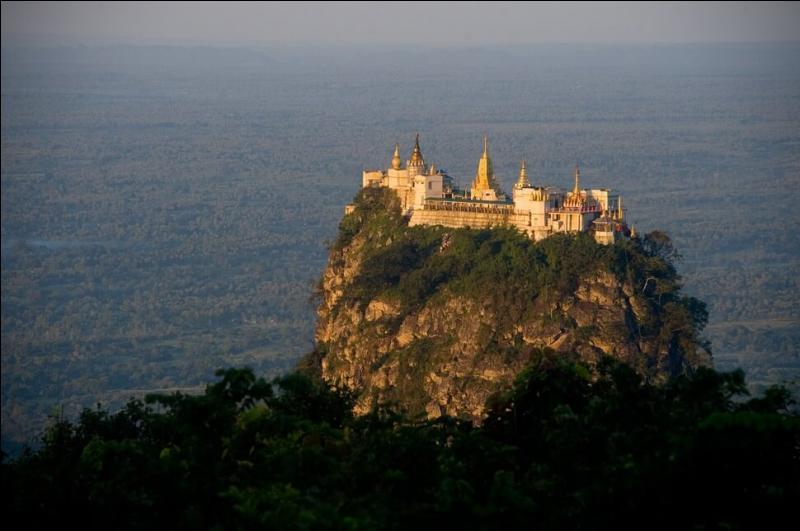Comment pourriez-vous accéder au monastère bouddhiste du mont Bopa, en Birmanie ?