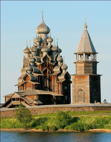 Le Pogost de Kiji (Russie) est l'une des plus grandes réalisations en rondins au monde. Mais, il a encore une autre particularité. Laquelle ?