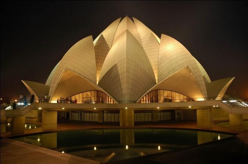 """Ce """"Temple du Lotus"""" indien de New-Delhi a au moins une particularité. Laquelle ?"""