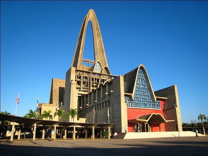 Plus récente, la basilique Notre-Dame de la Haute Grâce se trouve dans la ville d'Higüey. Mais dans quel pays ?