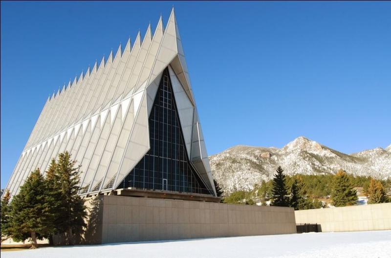 La chapelle des cadets de l'Académie militaire de Colorado Springs (USA) a quelque chose de particulier. Mais quoi donc ?