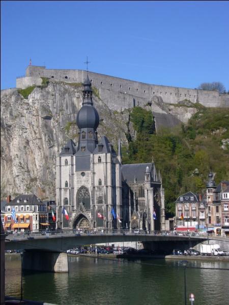 Voici la collégiale Notre-Dame de la ville de Dinant. Mais laquelle ?