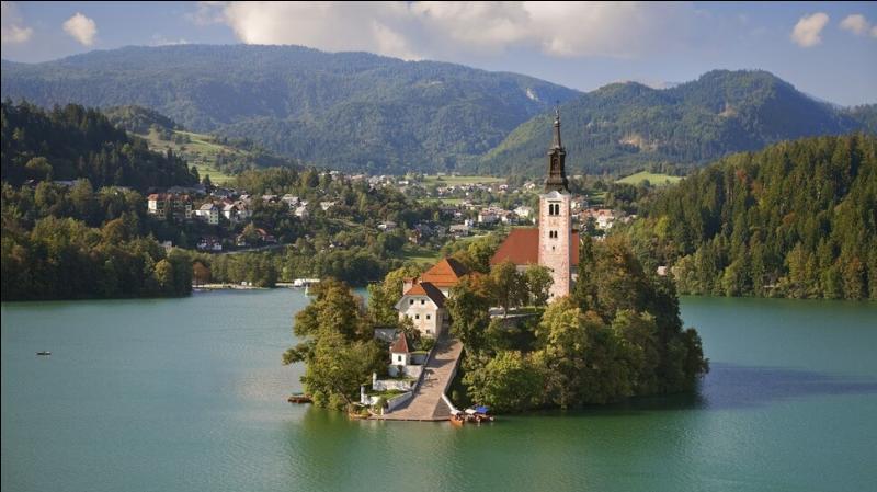 Cette église se trouve dans un village slovène nommé --- (Complétez ! )