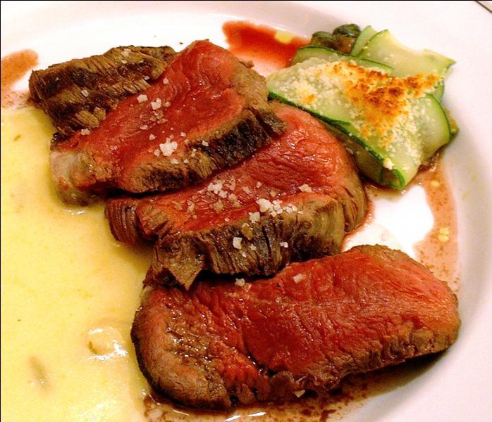 Quel écrivain a donné son nom à un épais steak de boeuf taillé dans le filet accompagné d'une sauce réduite à base de vin blanc, d'échalotes confites, d'estragon et de jus de citron ?
