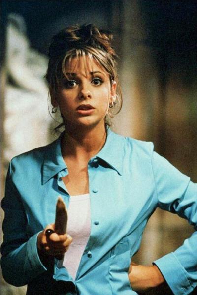 Dans quel épisode Buffy voit-elle Angel pour la première fois ?