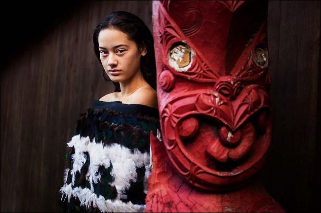 """Pacifiques, les gens de son peuple se nomment """"Hommes ordinaires""""... Mais n'est-elle pas plutôt extraordinaire, cette jeune femme --- ? (Complétez ! )"""