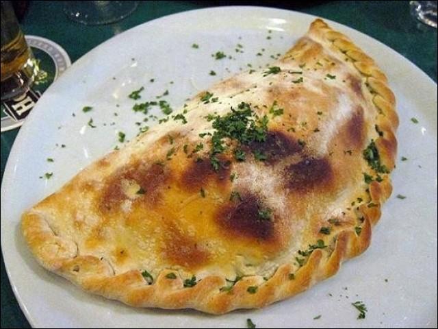 Pâte repliée en demi lune - sauce tomate, mozzarella, jambon, champignons, œuf