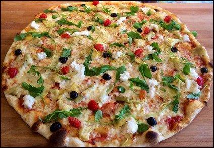 Sauce tomate, mozzarella, anchois, olives noires, origan, huile d'olive